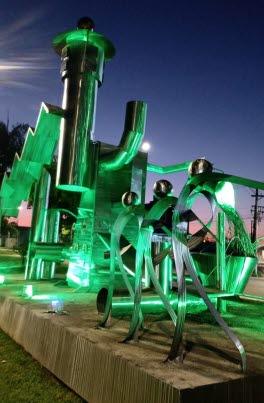 Escultura ganha iluminação  verde para reforçar importância da segurança no trabalho
