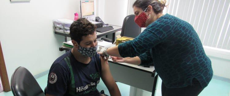 Colaboradores recebem vacina contra gripe  em campanha de imunização